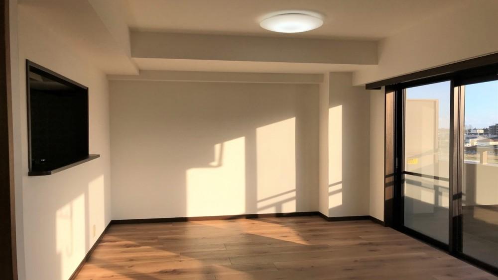 ナチュラルなフロアに暖かな日差しの入るお部屋