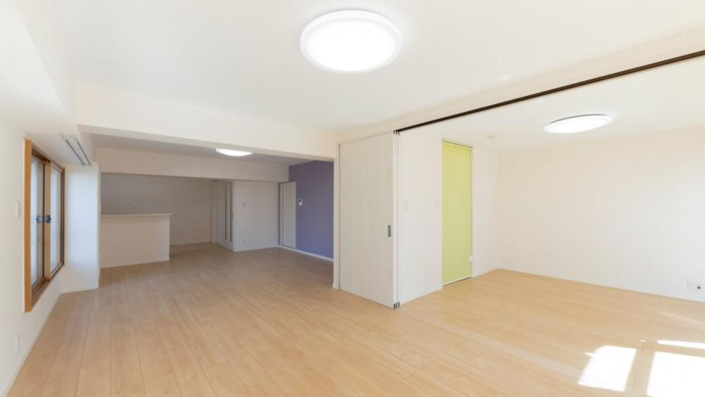 明るい色のアクセントクロスで個性の光るおしゃれなお部屋